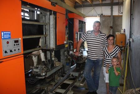 Coen & Corry van Stokkom bij de melkrobot